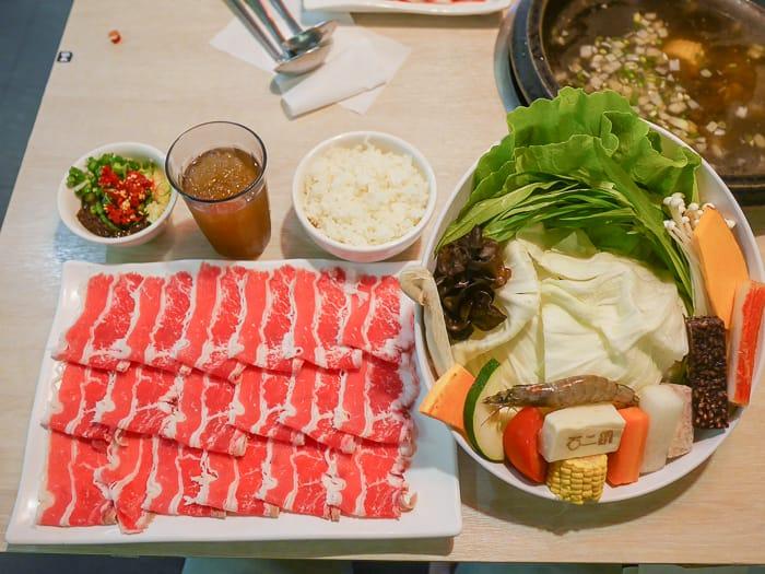 新竹火鍋|石二鍋林森店(平價連鎖王品集團涮涮鍋,兩百出頭就吃到滿滿肉青菜)