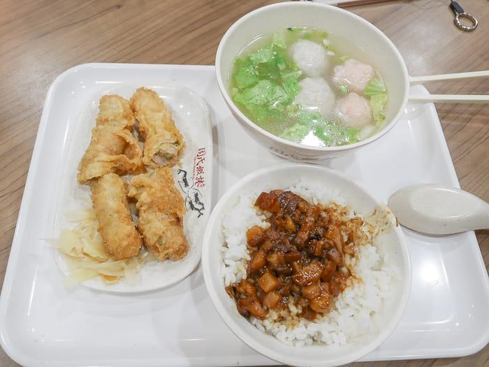 延伸閱讀:台南安平美食|周氏蝦捲(人氣台南小吃店,招牌蝦捲、海鮮煎餅、肉燥飯)